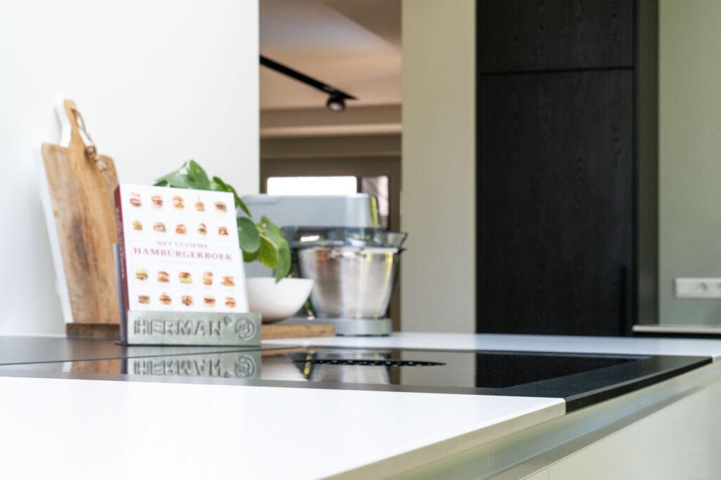 Interieurfoto van detail van maatwerk keuken in luxe woning - Conntext