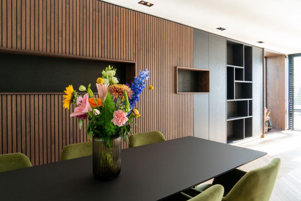 Interieurfoto van maatwerk kastenwand in luxe woning - Conntext
